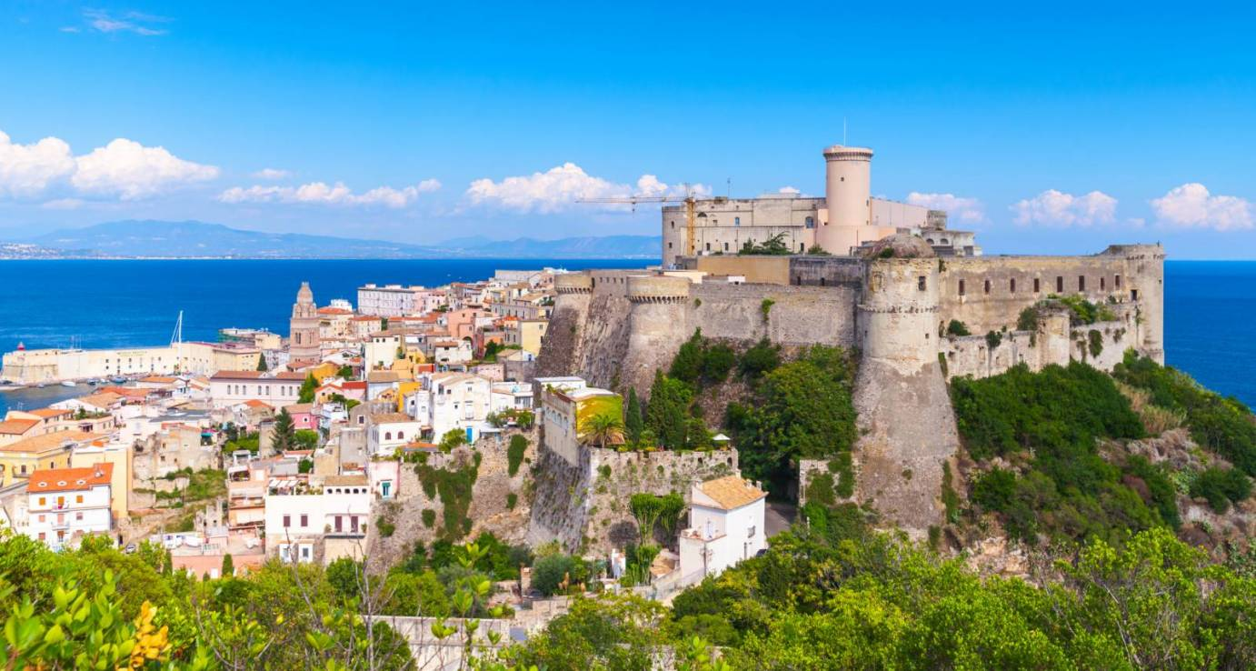 essay about tourism in italy Descriptive essay about italy  moreover is an interesting place to visit because you can do many activities like take a romantic travel in a gondola in venice italy is located in southern europe, and it has an incredible figure of a boot-shaped peninsula.